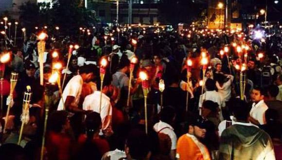 Los manifestantes marcharos con antorchas. Foto: El Heraldo