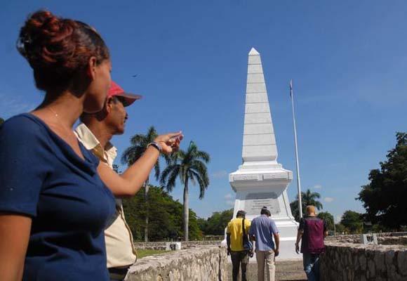 Visitantes en el Monumento en Dos Ríos, al nordeste del municipio Jiguaní, lugar donde cae en combate, un 19 de mayo de 1895, el maestro, poeta y revolucionario cubano José Martí,  en Granma. Foto: Oscar Alfonso Sosa / AIN.