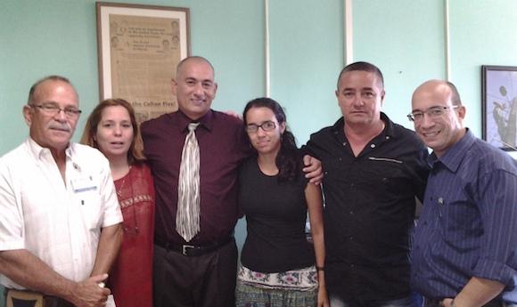 La foto del día: Médicos cubanos que enfrentaron el Ébola visitan Cubadebate