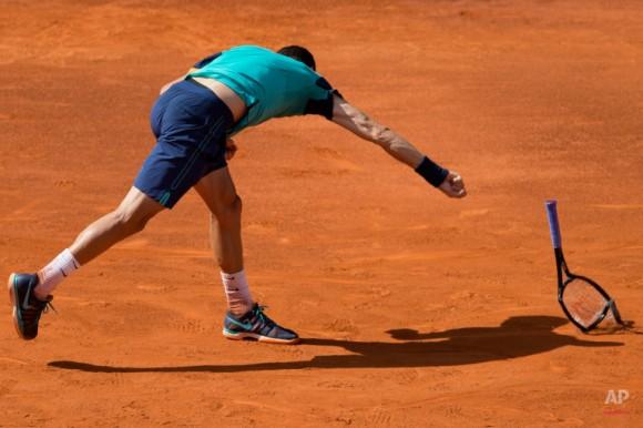 Grigor Dimitrov de Bulgaria rompe su raqueta durante su partido contra Rafael Nadal de España en el torneo de Madrid Open de Tenis de Madrid, España, el viernes 8 de mayo de 2015. (Foto AP / Paul White)
