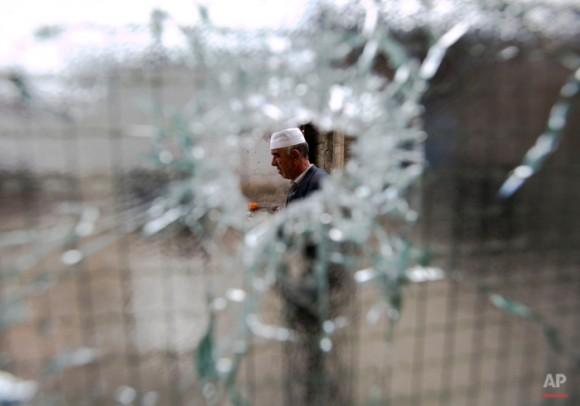 Un residente visita el barrio donde tuvo lugar durante el fin de semana una batalla que involucró a la policía y un grupo armado en la norteña ciudad macedonia de Kumanovo. (AP Photo/Visar Kryeziu)