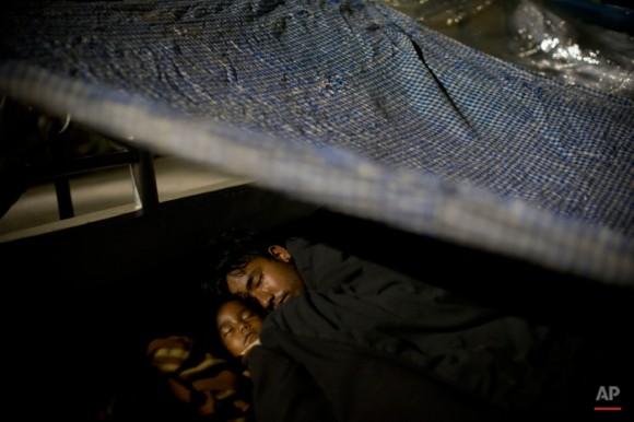 Una familia nepalí duerme protegida por láminas de plástico en un espacio abierto después de un terremoto sacudió la región al principio del día, en Katmandú, Nepal, el martes, 12 de mayo de 2015. Un nuevo terremoto Martes extendió más miedo y la miseria en Nepal, que sigue siendo lucha por recuperarse de un devastador terremoto hace casi tres semanas que dejó miles de muertos. (Foto AP / Bernat Amangue)