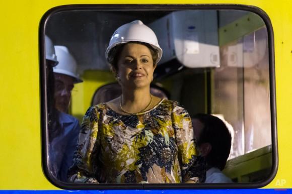 El presidente de Brasil, Dilma Rousseff, viaja en un TRACKMOBILE durante su visita a las obras de construcción de una nueva línea de metro que se está construyendo en el barrio de Barra da Tijuca de Río de Janeiro, Brasil, el martes, 12 de mayo de 2015. (Foto AP / Felipe Dana)