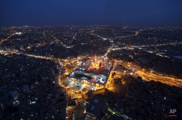 Una vista aérea del santuario chiíta musulmán del Imam Moussa al-Kazim . (Foto AP / Hadi Mizban)