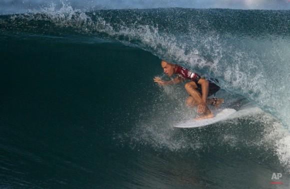 EEUU surfista Kelly Slater compite en el 2015 la competencia Oi Rio Pro Surf Liga Mundial en la playa de Barra da Tijuca, en Río de Janeiro, Brasil, el martes, 12 de mayo de 2015. (Foto AP / Leo Correa)