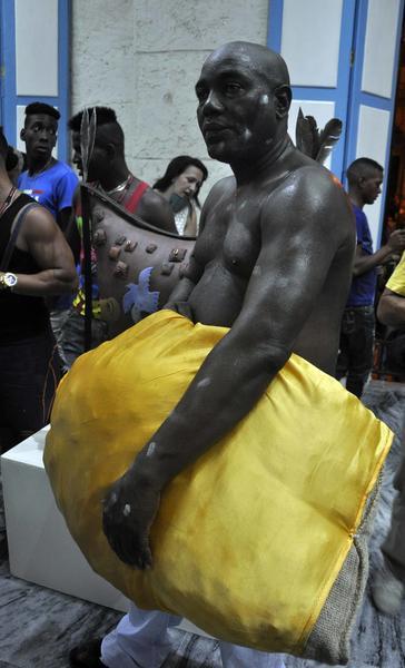 Performance del artista cubano Manuel Mendive, Los colores de la vida, en la galería Víctor Manuel en la Plaza de la Catedral de La Habana Vieja, durante la XII Bienal de La Habana, Cuba, el 25 de mayo de 2015. Foto: Tony Hernández Mena / AIN