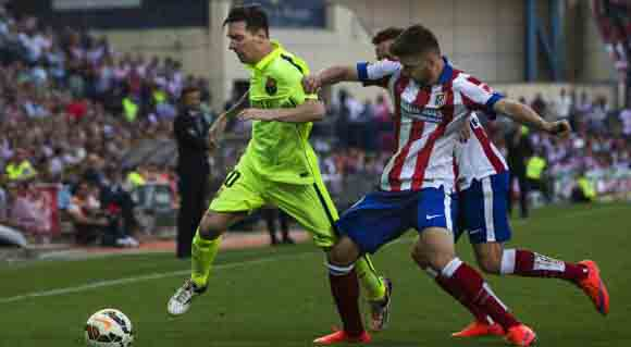 Messi conduce el balón entre la defensa del Atlético, durante el partido del domingo en el Calderón. Foto: Andrés Kudacki / AP.