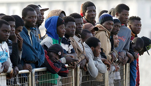 El drama de los migrantes procedentes del norte de África continúa en el sur de Italia. Foto: AP.