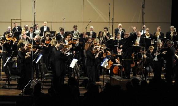 Los músicos de la Orquesta Sinfónica de Minnesota interpretan de pie los Himnos Nacionales de Cuba y de Estados Unidos durante la segunda presentación de esta orquesta, en el Teatro Nacional de Cuba, en  La Habana, el 16 de mayo de 2015. AIN FOTO/Roberto MOREJÓN RODRÍGUEZ/