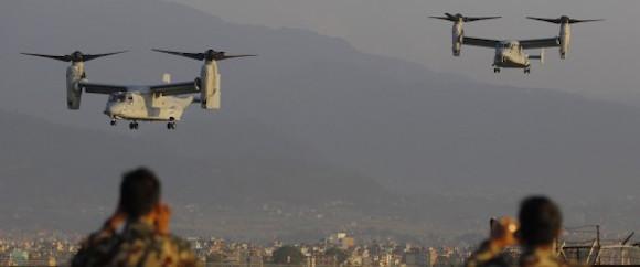 Soldados nepaleses toman fotos de la llegada de la Fuerza Aérea de Estados Unidos al aeropuerto internacional de Tribhuvan. en Katmandú, Nepal, el domingo 3 de mayo de 2015. Foto: AP