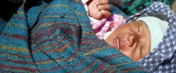 Un bebé de 22 días descansa junto a su madre en Sindhupalchok, a la espera de ayuda. | NAVESH CHITRAKAR / REUTERS.