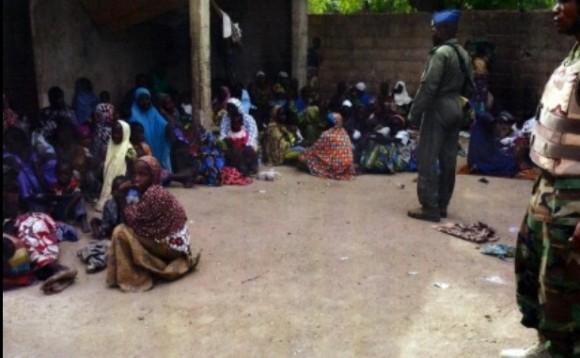 Soldados nigerianos, junto a mujeres y niños rescatados el 30 de abril pasado, en Sambisa. Foto: AP.