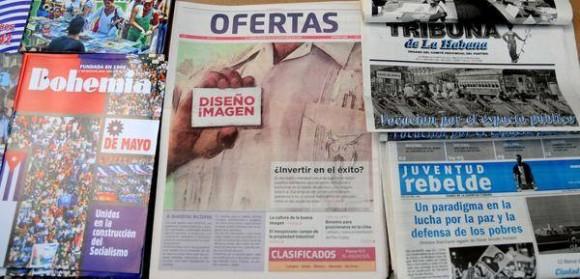 A la venta en La Habana el periódico Ofertas, nueva publicación dedicada a la publicidad y los anuncios clasificados. Foto: Abel Padrón Padilla/ AIN.