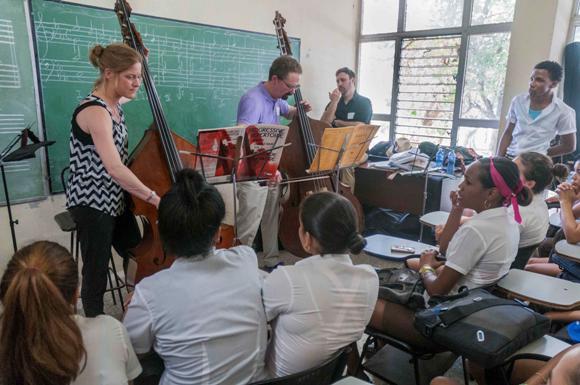 Miembros de la Orquesta Sinfónica de Minnesota, intercambian con alumnos de la Escuela Nacional de Arte (ENA), en La Habana, Cuba. Foto: Abel Ernesto/AIN.
