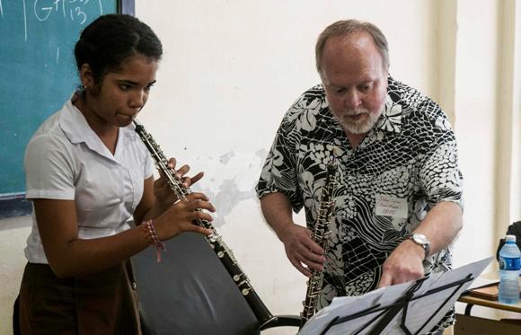 Músicos de la Orquesta Sinfónica de Minnesota vistan la Escuela Nacional de Arte en La Habana, Cuba. Foto: Abel Ernesto/AIN.