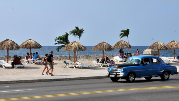 Playa artificial en el malecón habanero
