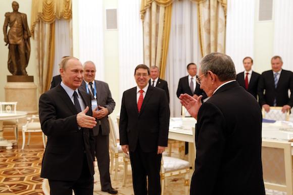 El encuentro en el Kremlin. Entre Putin y Raúl, el Canciller cubano Bruno Rodríguez Parrilla. Foto: Anatoly Maltsev/Pool via AP