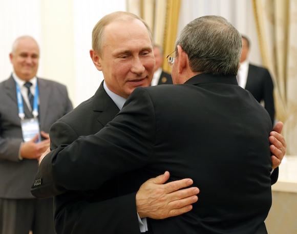 Vladimir Putin y Raúl Castro durante el encuentro en el Kremlin. Foto: Anatoly Maltsev/Pool via AP
