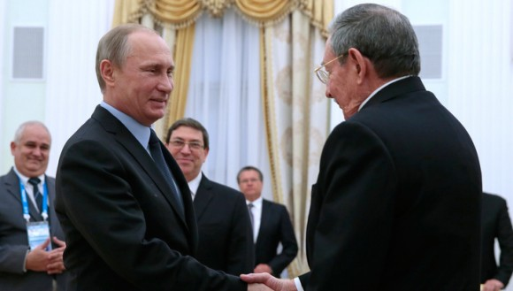 Raúl y Putin en el Kremlin. Foto: TASS