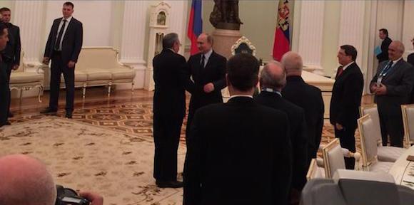 Putin ofrece la bienvenida a Raúl. Foto: @dimsmirnov175/ Twitter