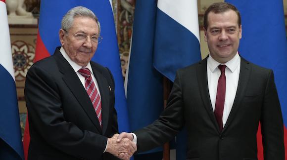 El Primer Ministro Dimitri Medvedev, derecha, y el Presidente cubano Raul Castro durante un encuentro en Moscú, Rusia este miércoles, 6 de mayo de 2015. Foto: Ivan Sekretarev/ AP