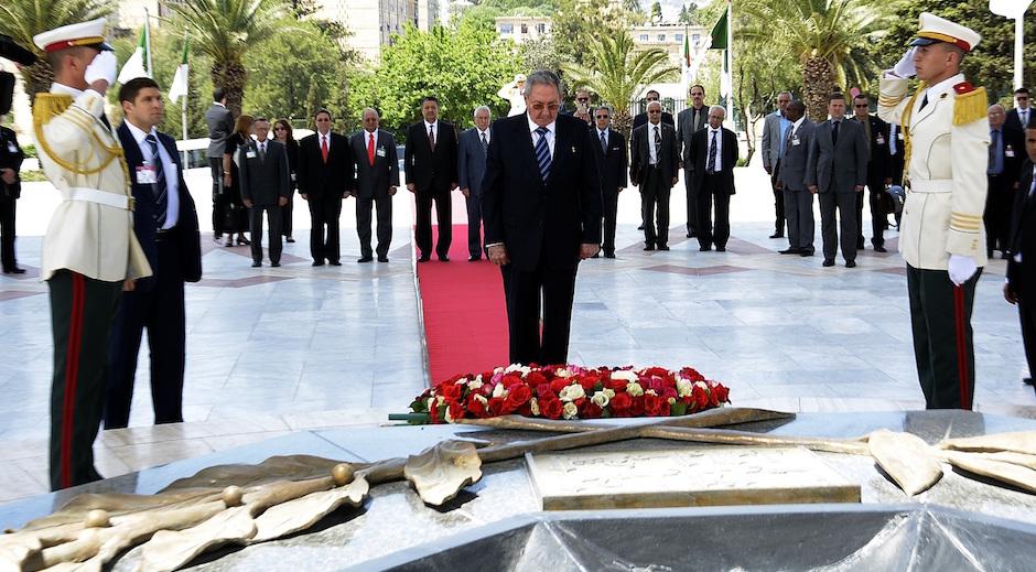 Raúl Castro rinde tributo a mártires de la Revolución Argelina