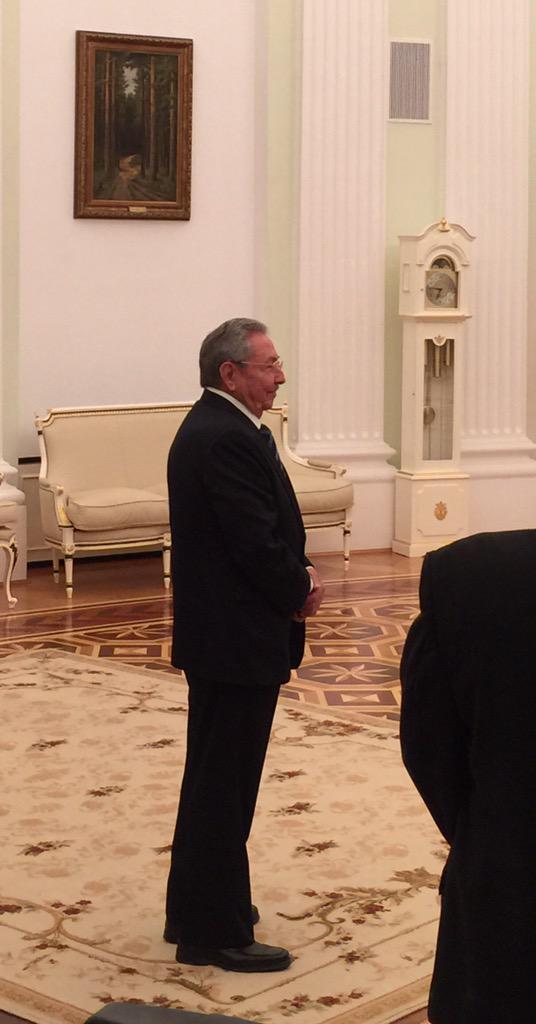 """Raúl entró en la sala y, dijo en ruso: """"Hola a todos"""". Foto: @dimsmirnov175/ Twitter"""