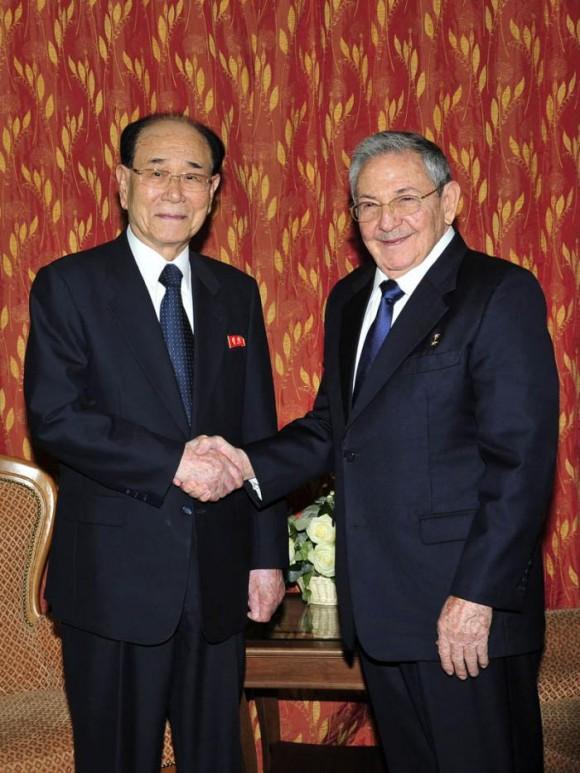 Raúl, se reunió también con Kim Yong Nam, presidente del Presidium de la Asamblea Popular Suprema de la República Popular Democrática de Corea. Foto: Estudios Revolución