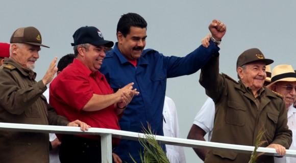 Los presidentes de Cuba y Venezuela, Raúl Castro y Nicolás Maduro, presidieron este viernes en La Habana el multitudinario desfile por el 1 de mayo, que se realizó con llamados a la unidad por el socialismo. Foto: Ladyrene Pérez/ Cubadebate