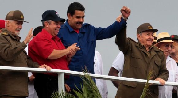 Los presidentes de Cuba y Venezuela, Raúl Castro y Nicolás Maduro, presidieron este viernes en La Habana el multitudinario desfile por el Primero de Mayo, que se realizó con llamados a la unidad por el socialismo. Foto: Ladyrene Pérez/ Cubadebate