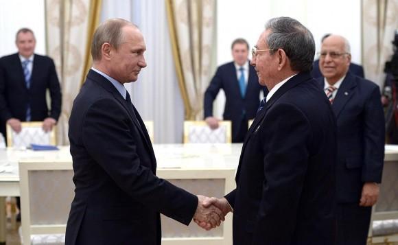 Un saludo fraterno entre los dos presidentes. Foto: TASS