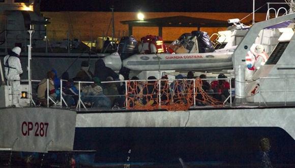 Migrantes africanos llegan al puerto de la isla de Lampedusa a bordo de un buque de la Guardia Costera italiana. Durante la de este domingo fueron rescatados 3 mil 690 migrantes en un solo día. Foto: AP