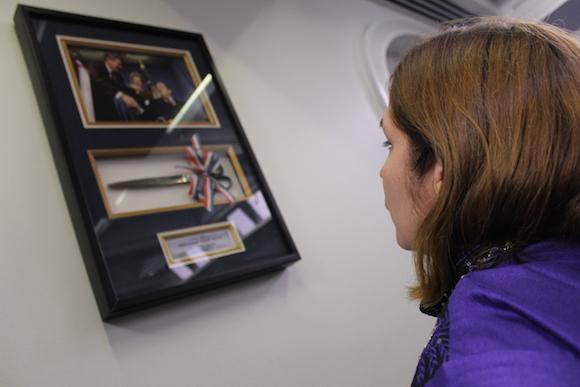 La editora de Cubadebate, Rosa Miriam Elizalde, frente al cuadro que registra la remodelación de la Sala de Prensa de la Casa Blanca, durante la administración Reagan. Foto: Jorge Legañoa/ AIN