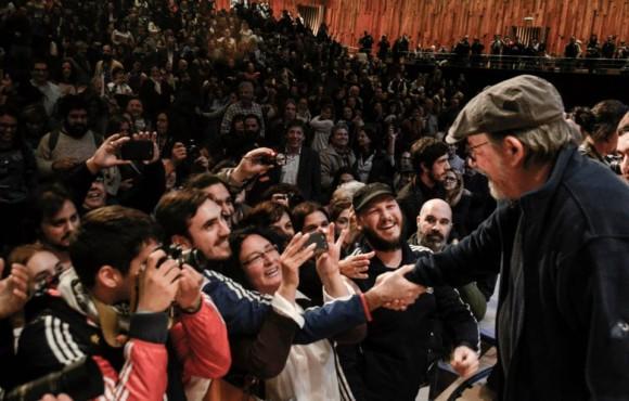 Silvio saluda a sus admiradores. Foto: Kaloián / Cubadebate
