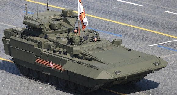 La esperada aparición del tanque medio T-14 Armata fue, sin duda, el principal acontecimiento para los asesores militares del cuerpo diplomático presente en las gradas de la Plaza Roja. Foto: Sputnik.