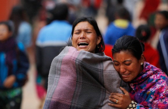 Los familiares se rompen durante la cremación de una víctima del terremoto en Bhaktapur cerca de Katmandú, Nepal, el domingo 26 de abril de 2015. (Foto AP / Niranjan Shrestha)
