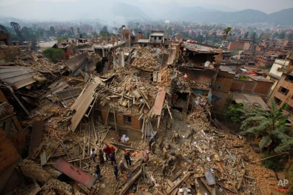 Los equipos de rescate remueven escombros en su búsqueda de las víctimas del terremoto en Bhaktapur, cerca de Katmandú, Nepal. (AP Photo / Niranjan Shrestha)