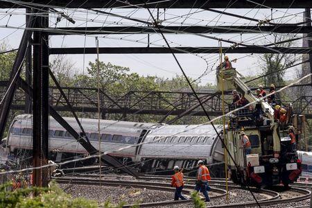 Trabajadores en el sitio donde descarriló un tren de Amtrak en Filadelfia, EEUU