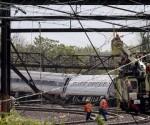 Trabajadores en el sitio donde descarriló un tren de Amtrak en Filadelfia, EEUU, mayo 13 2015.  Socorristas buscaban el miércoles posibles víctimas entre trozos de metal retorcido y otros restos tras el descarrilamiento de un tren de Amtrak en Filadelfia, que dejó al menos seis muertos y decenas de heridos, mientras los investigadores intentaban determinar la causa del accidente.  Reuters/Mike Segar