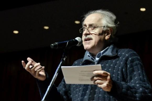 El poeta Jorge Boccanera lee algunas de sus creaciones durante la presentación. Fotos. Kaloián / Cubadebate