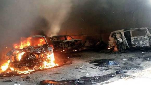 Vehículos quemados durante los enfrentamientos. Foto: Agencia Reforma.