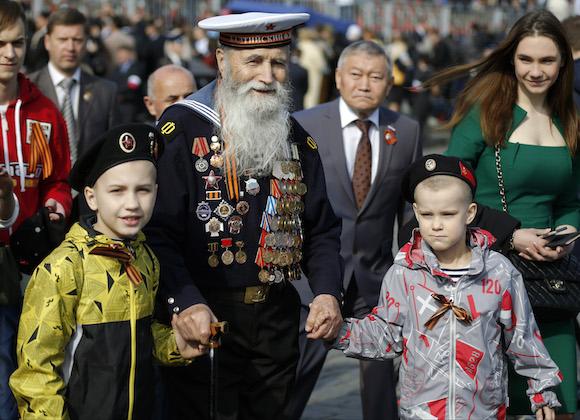 Georgy Shirokov, 91, veterano de la II Guerra Mundial en la Plaza Roja, de Moscú. Foto: Alexander Zemlianichenko/ AP