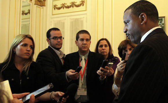 Yuri Gala ofrece declaraciones a la prensa en la Misión de Cuba en Washington. Foto: Ismael Francisco/ Cubadebate