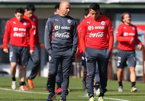 Alexis Sanchez y el DT argentino Jorge Sampaoli. Foto tomada de futbolargentino.com