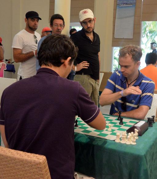 Aramís Álvarez, sentado, de frente, viene haciendo un gran torneo. Foto: Katheryn Felipe