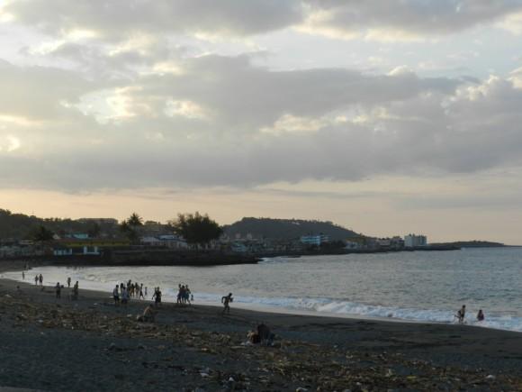 Atardecer Playa en Baracoa, Guantánamo. al fondo la Ciudad . Foto: Amaury Daissón Gámez / Cubadebate