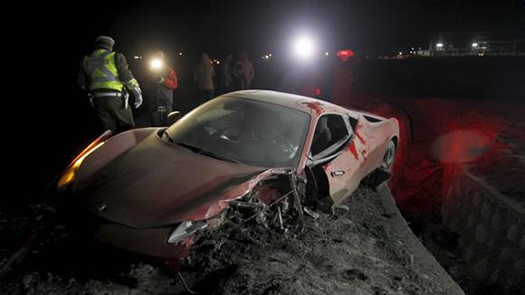 El automóvil de Arturo Vidal quedó destrozado tras el incidente. Foto: Reuters