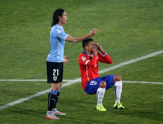 Cavani diciéndole al árbitro lo que había hecho Jara. Foto: AFP