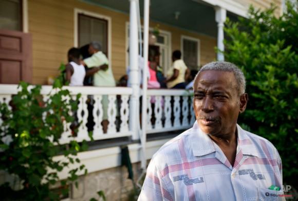 Walter Jackson, a la derecha, el hijo de Susie Jackson, quien murió en el tiroteo del miércoles, recuerda historias sobre ella durante una reunión familiar en su casa. Foto: David Goldman/ AP