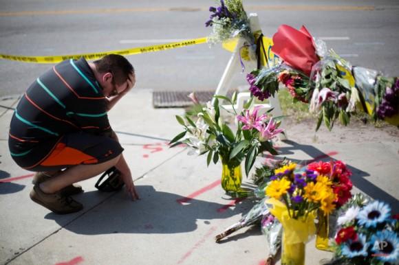 Noah Nicolaisen, de Charleston, Carolina del Sur, se arrodilla en un monumento improvisado. Foto: David Goldman/ AP